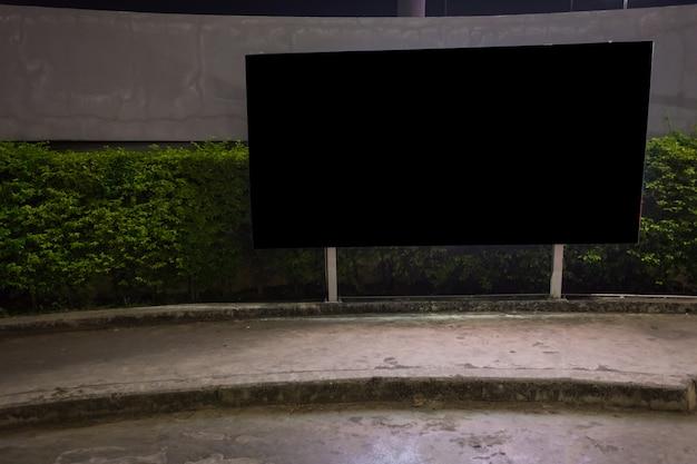 Leere anschlagtafel bereit zur neuen anzeige, leuchtkasten angebracht an der wand der geschäftsstraße