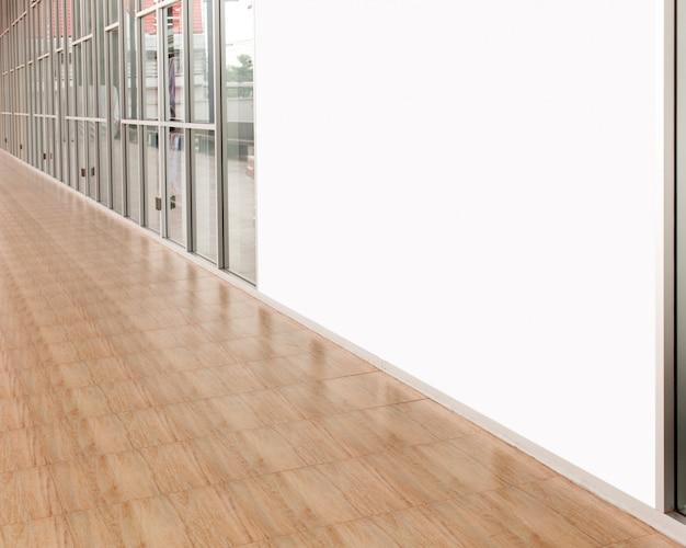 Leere anschlagtafel im einkaufszentrum, leerer kopienraum im bild ist für designer groß