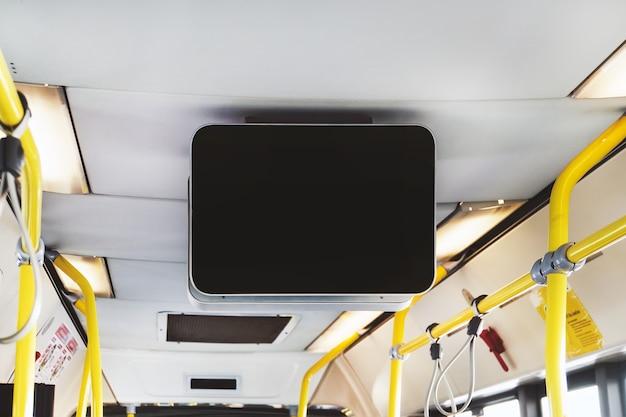 Leere anschlagtafel in der öffentlichen u-bahn. schwarzer fernseher ohne informationen im bus. videowerbung in öffentlichen verkehrsmitteln. mock-up elektronisches medienboard mit kopienraum für ihre designinformationen