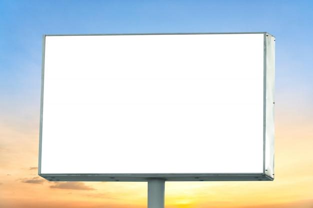 Leere anschlagtafel mit leerem bildschirm und schönem bewölktem himmel für werbungsplakat im freien.