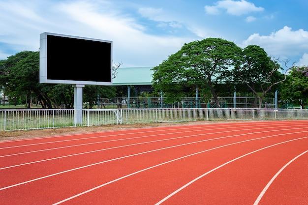Leere anzeigetafel digital am fußballstadion mit laufbahn im sportstadion
