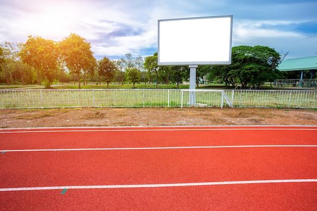 Leere anzeigetafel digital am fußballstadion mit laufbahn in im freien