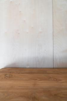 Leere arbeitsecke verziert holzplatte mit birkenholz auf dem hintergrund in tageslicht szene / wohnung innenkopierraum gesetzt