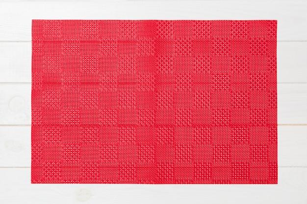 Leere asiatische küche. rote tischdecke, serviette auf weißem holz