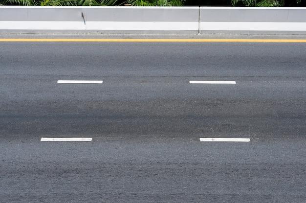 Leere asphaltstraße auf schnellstraßenweg