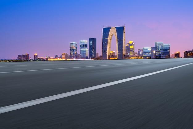 Leere asphaltstraße entlang modernen handelsgebäuden in chinas, s städten