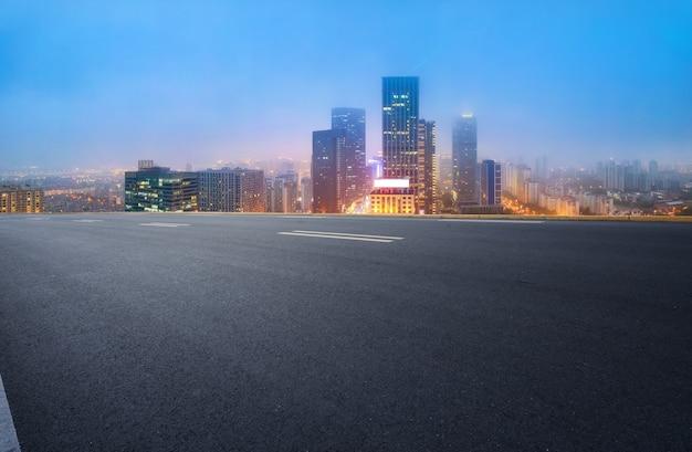 Leere asphaltstraße und skyline der stadt und gebäudelandschaft, china.