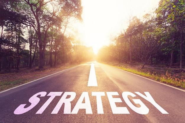 Leere asphaltstraße und strategiekonzept.