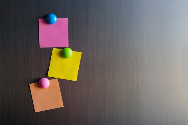 Leere aufkleber für notizen auf dem kühlschrank, die mit magneten befestigt sind.