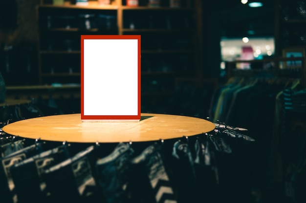 Leere aufkleberstandschablone legen an im bekleidungsgeschäft oder in der speicherfront für verkaufsförderung und rabattinformationen beiseite.