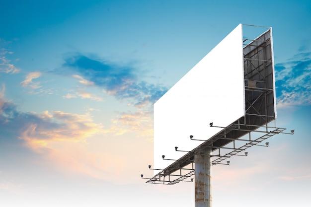 Leere außenwerbungsanschlagtafel, die gegen bewölkten himmel hortet