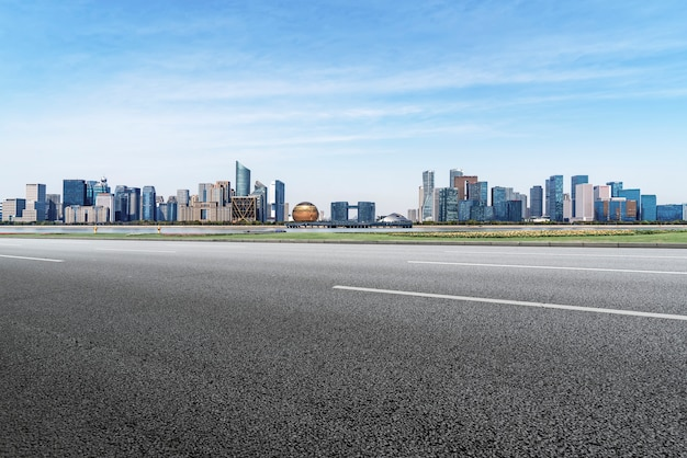 Leere autobahn mit stadtbild von china