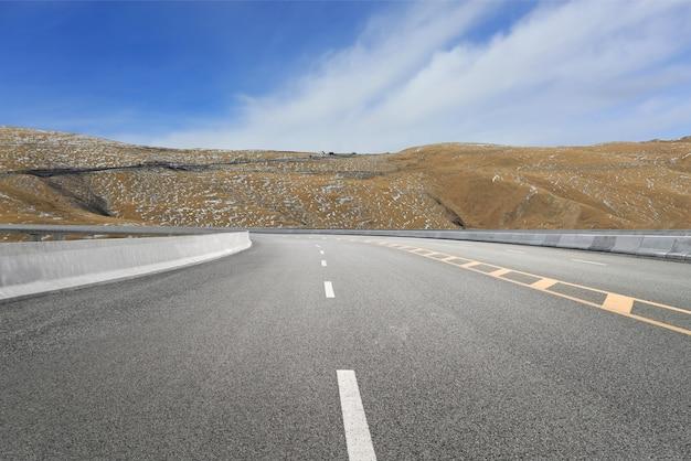 Leere autobahnen und ferne berge
