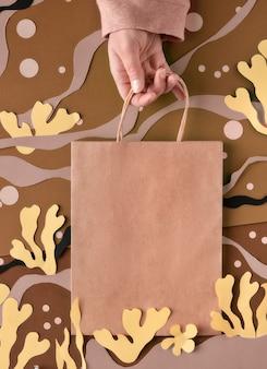 Leere bastelpapiertüte auf abstraktem unterwasserhintergrund des meeres. von matisse inspirierte collage aus bastelpapier.