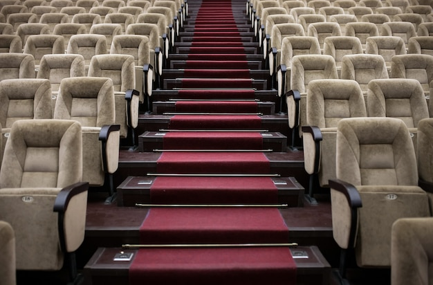 Leere bequeme sitze im theater