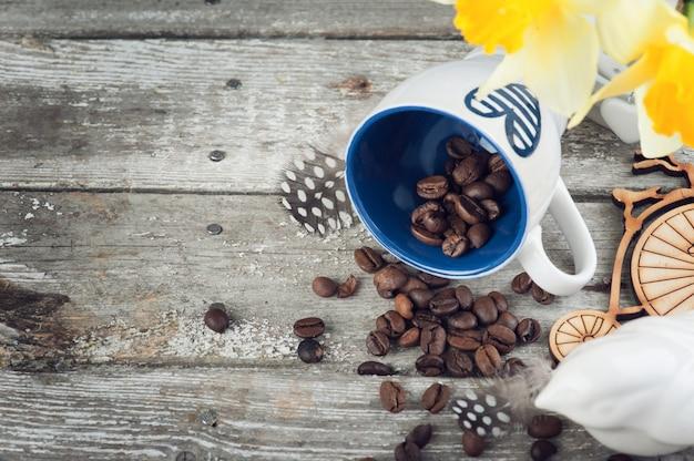 Leere blaue kaffeetasse und bohnen