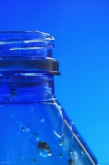 Leere blaue plastikflasche