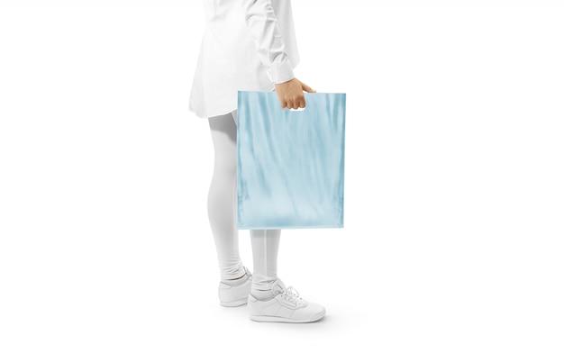 Leere blaue plastiktüte, die hand hält