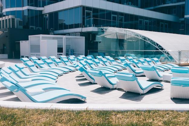 Leere blaue sunbeds in einem sommerurlaubsort