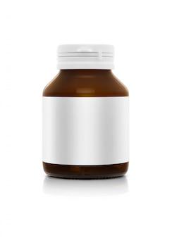Leere braune ergänzungsproduktflasche mit dem weißen aufkleber lokalisiert auf weißem hintergrund