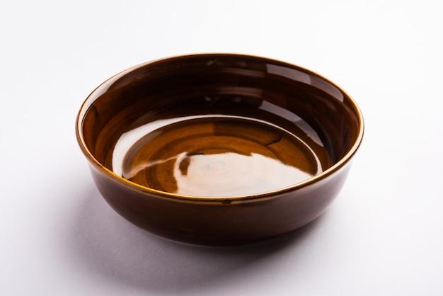 Leere braune keramische servierschüssel, isoliert über weißer oder grauer oberfläche