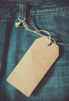 Leere braune papier-tag von jeans. vintage farbe effekt stil. Premium Fotos