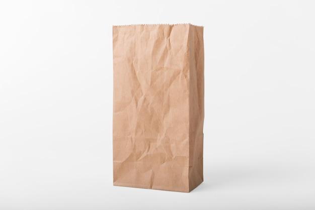 Leere braune papiertüte für modellschablonenwerbung und brandinghintergrund.