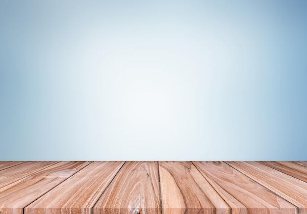 Leere braune und weiße hölzerne regal-tabelle mit blauem hintergrund.