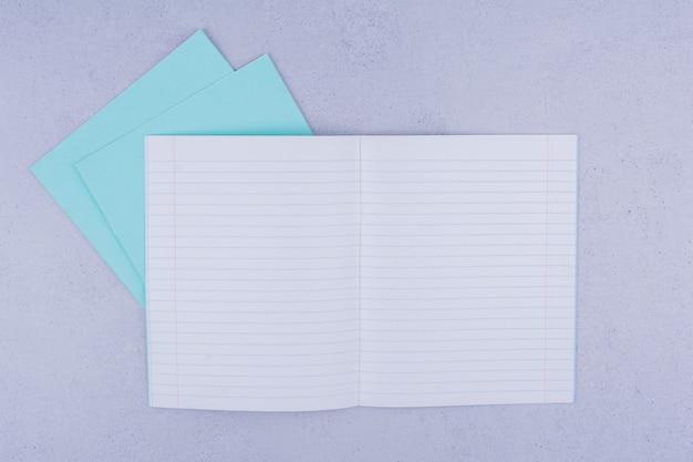 Leere briefpapiere auf grau.