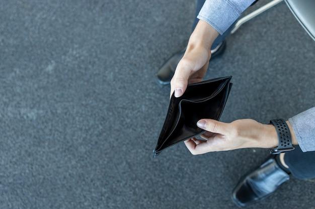 Leere brieftasche der nahaufnahme kein geld in den händen eines mannes