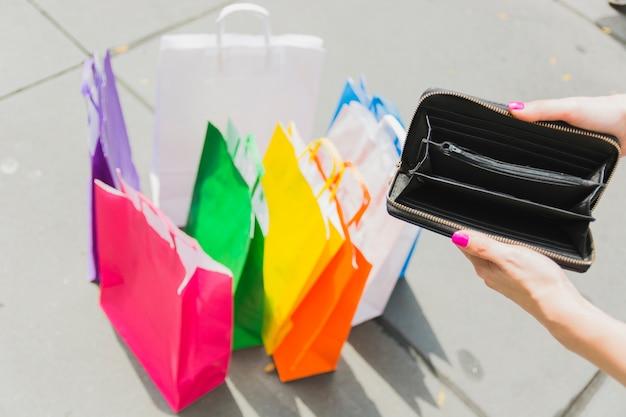 Leere brieftasche in weiblichen händen