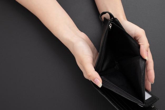 Leere brieftasche ohne geld in weiblichen händen