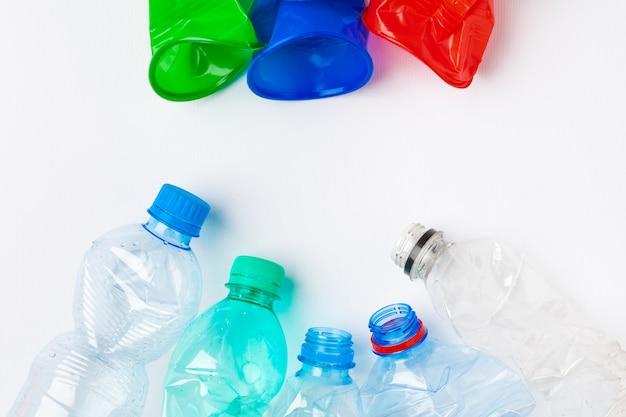 Leere bunte plastikflaschen sind wertstoffe