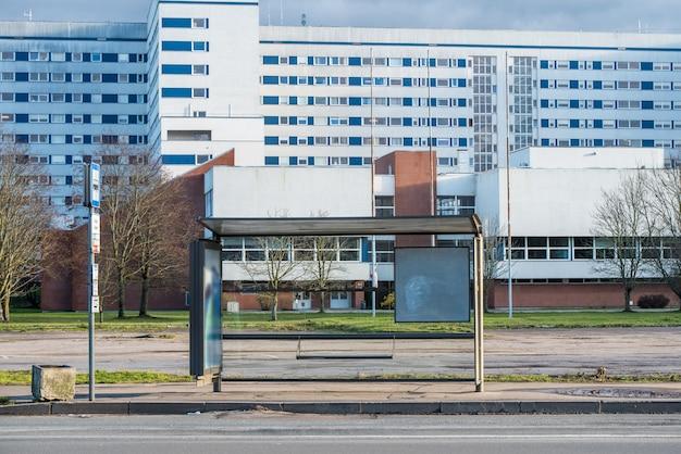 Leere bushaltestelle in der nähe des krankenhauses in riga, lettland