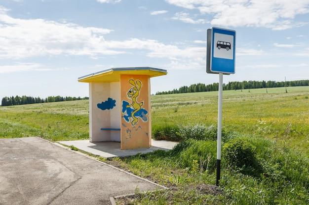 Leere bushaltestelle, warteplatz für den bus