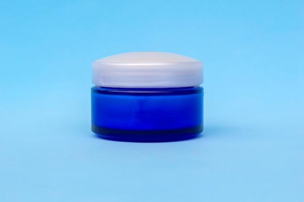 Leere cremetiegel. kosmetische hautpflegeprodukte, modernes konzept des organischen schönheitstrends.