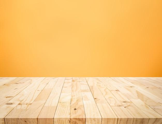 Leere der holztischplatte auf gelbem pastellfarbenem hintergrund