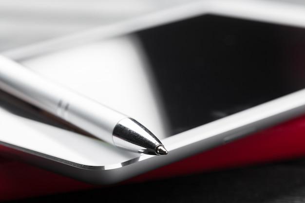 Leere digitale tablette mit notizbuch