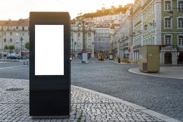 Leere digitale werbetafel im zentrum einer stadt - mock-up für werbung - grafische elemente