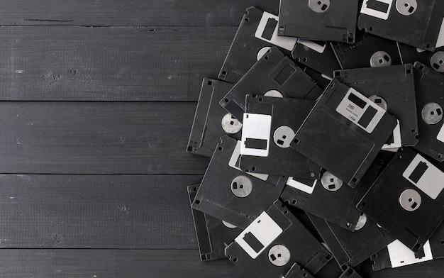 Leere disketten auf hölzernem hintergrund