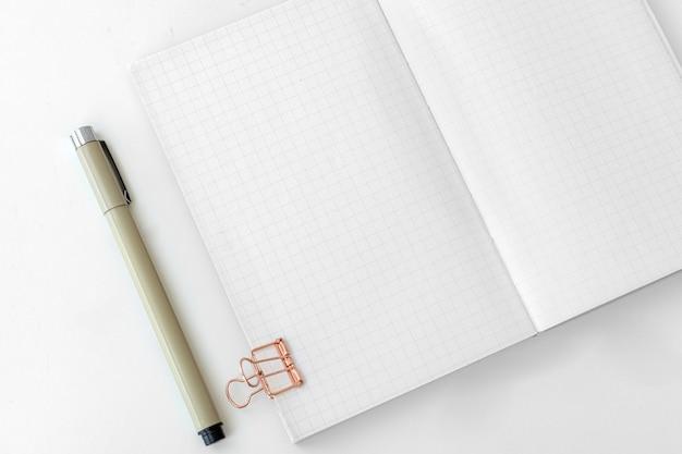 Leere einfache notizbuchseite mit stationärem