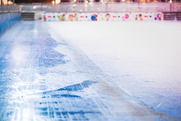 Leere eisbahn, hockey- und eislaufarena drinnen.