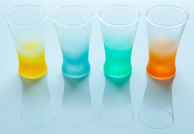 Leere farbige gläser für verschiedene getränke auf einem weißen hintergrund