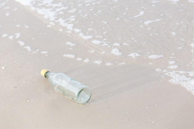 Leere flasche am strand