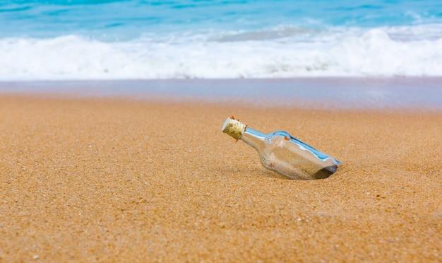 Leere flasche am ufer des strandes