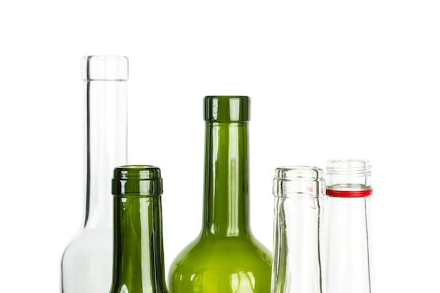 Leere flaschen in nahaufnahme auf weißem hintergrund