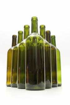 Leere flaschen wein auf weißem hintergrund