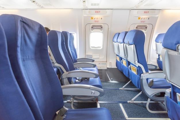 Leere flugzeugsitze und notruftür