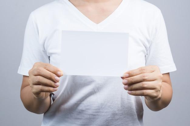 Leere fotopapierkarte des frauenhandgriffs