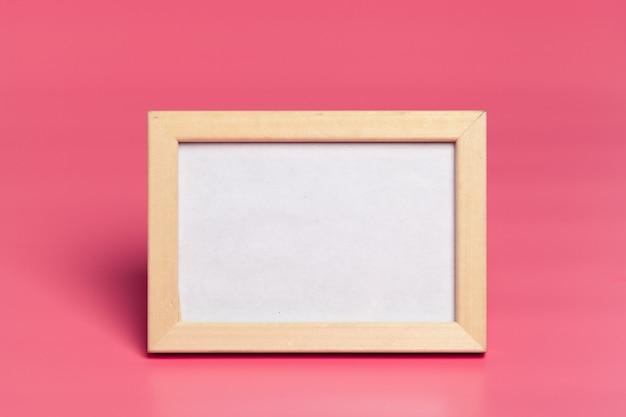 Leere fotorahmen auf rosa hintergrund